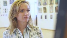 Элегантная красивая женщина смотрит изображения в картинной галерее Музей изобразительных искусств 4K сток-видео
