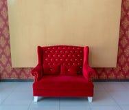 Элегантная красная софа с пустым фоном Стоковая Фотография RF