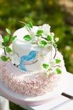Элегантная свадьба или именниный пирог украшенный с ветвью цветения яблока Стоковое Изображение RF