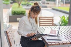 Элегантная современная бизнес-леди работая на таблетке Стоковое Фото