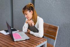 Элегантная современная бизнес-леди работая на таблетке Стоковое Изображение RF