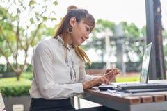 Элегантная современная бизнес-леди работая на таблетке Стоковая Фотография