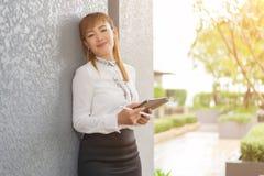 Элегантная современная бизнес-леди работая на таблетке Стоковое фото RF