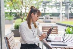 Элегантная современная бизнес-леди работая на таблетке Стоковое Изображение