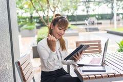 Элегантная современная бизнес-леди работая на таблетке Стоковые Фотографии RF