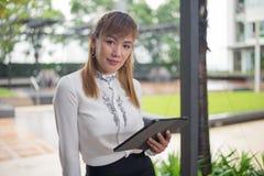 Элегантная современная бизнес-леди работая на таблетке Стоковая Фотография RF