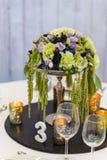 Элегантная фиолетовая, зеленая и белая сервировка стола стоковые изображения rf