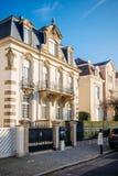 Элегантная французская женщина восхищая роскошный дом стоковая фотография