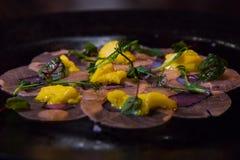 Элегантное блюдо на темной плите стоковое изображение rf