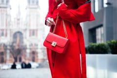 Элегантное обмундирование Крупный план красной кожаной сумки в руках стильной женщины Модная девушка на улице Женский способ Горо Стоковое фото RF