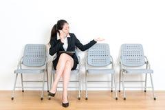 Элегантное ошеломлянное чувство девушки работника офиса Стоковая Фотография