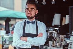 Элегантное barista ждет клиентов на его собственном небольшом coffeeshop стоковая фотография rf