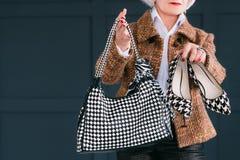 Элегантность стиля ультрамодного старшего шкафа женская стоковая фотография rf