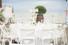 Элегантные белые стулья и сервировки стола составляют этот wedding rec стоковое изображение