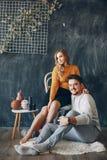 Элегантные пары сидя в студии стоковые фотографии rf