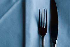 Элегантные сияющие вилка и нож Роскошный столовый прибор ресторана установленный на t Стоковые Фотографии RF