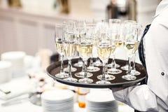 Элегантные стекла при Шампань стоя в ряд на служении Tabl стоковые фото