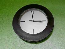 элегантные часы, вися на зеленом цвете стены стоковое фото rf