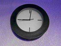 элегантные часы, вися на пурпуре стены стоковая фотография rf