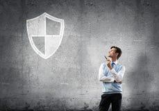 Элегантный банкир нося красную связь и экран подписывают как концепция безопасности стоковые изображения