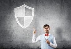 Элегантный банкир нося красную связь и экран подписывают как концепция безопасности стоковое фото rf