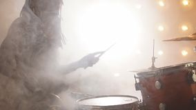 Элегантный барабанщик выполняя с друзьями в кабаре видеоматериал
