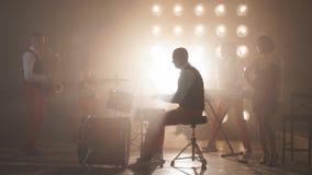 Элегантный барабанщик выполняя с друзьями в кабаре сток-видео