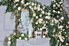 Элегантный белый камин вполне цветков Стоковое Изображение