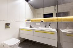 Элегантный интерьер ванной комнаты с зеркалом стоковые изображения