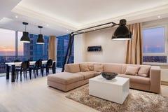 Элегантный интерьер квартиры на заходе солнца стоковое фото