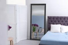 Элегантный интерьер спальни с зеркалом стоковое изображение rf
