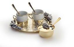 Элегантный комплект кофе с золотым подносом Стоковые Фотографии RF