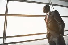 Элегантный молодой предприниматель в деловом центре Стоковое Изображение