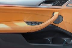 Элегантный роскошный интерьер автомобильной двери стоковые изображения rf