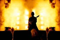 Элегантный силуэт гитариста на этапе Стоковые Изображения RF