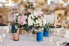Элегантный состав от свежих цветков на таблице свадьбы стоковое изображение rf