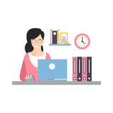 Элегантный усмехаясь характер работая с компьтер-книжкой на ее рабочем месте офиса, ежедневная жизнь коммерсантки работника офиса Стоковое Фото