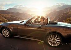 Элегантный человек управляя автомобилем с откидным верхом стоковая фотография rf