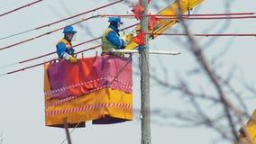 Электрики устанавливают провода на столб передачи в вашгерд крана смертной казни через повешение видеоматериал