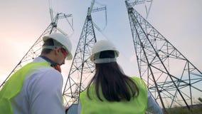 Электрик и инженер проверяя строительный проект на таблетке 4K акции видеоматериалы