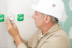 Электрик работая в новом доме стоковое фото rf