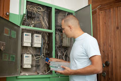 Электрик работая с электрическим стоковая фотография rf