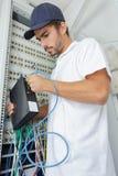 Электрик соединяет сервера интернета к доске силы Стоковые Изображения RF