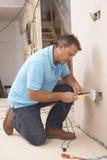 электрик устанавливая стену гнезда стоковое фото rf