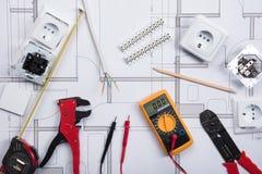 Электрическая аппаратура с инструментами на светокопии стоковые фото