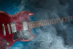 Электрическая гитара в дыме, взгляде крупного плана Стоковые Изображения RF