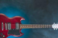 Электрическая гитара в дыме, голубой предпосылке Стоковые Изображения RF