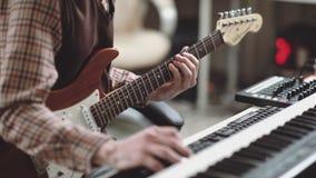 Электрическая гитара в руках музыканта, конце-вверх Создает следы акции видеоматериалы