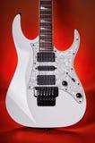 Электрическая гитара на красном цвете Стоковое фото RF