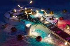 Электрическая гитара с освещенной гирляндой Стоковая Фотография RF